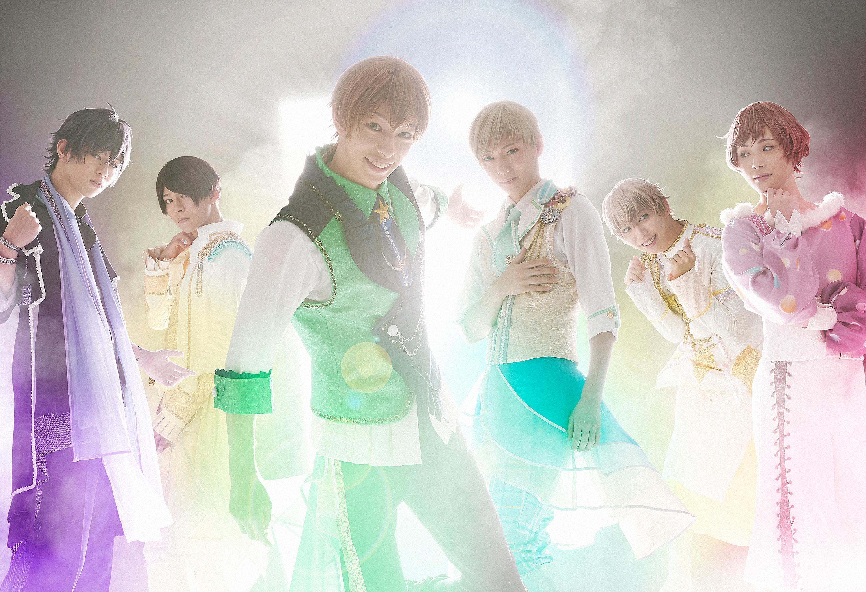 Le visuel de la comédie musicale, montrant les six protagonistes de StarMyu représentés par leurs acteurs, en costume.